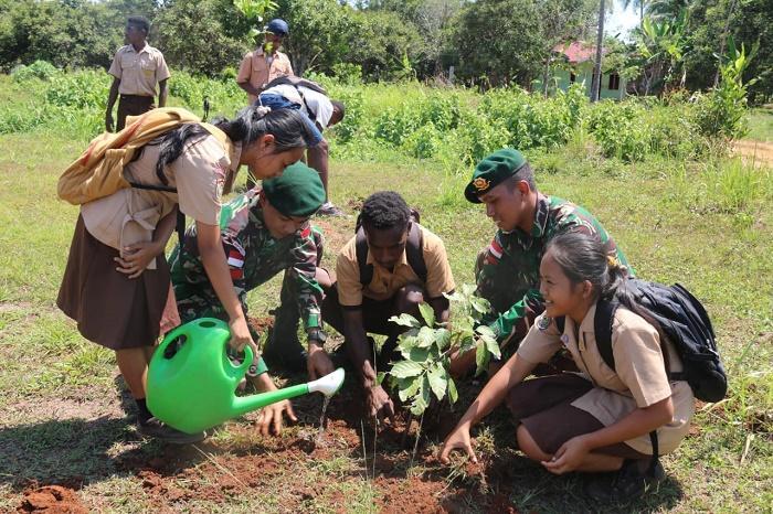 Satgas Pamtas RI-PNG Yonif 411/Pdw Ajak Siswa SMPN 03 Muting Menanam Pohon