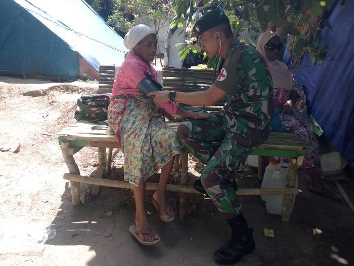 Satgas Yonif Raider Khusus 136/TS Rawat Kesehatan Pengungsi Gempa Ambon