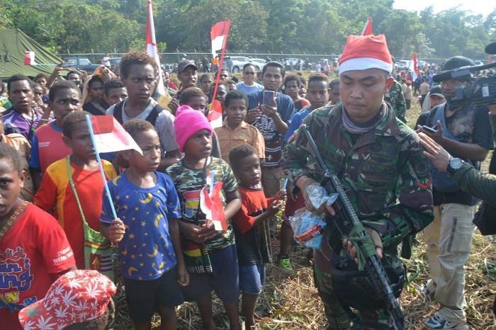 Dua Pesawat Herkules C-130 Turunkan Sinterklas dari Langit Timika Papua