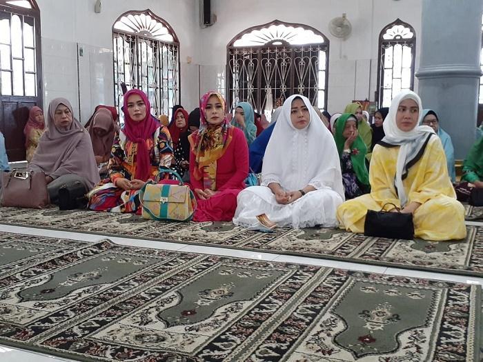 Jamaah Mesjid Jamik Pancurbatu Terima Tali Asih dari PC Bhayangkari Polrestabes Medan