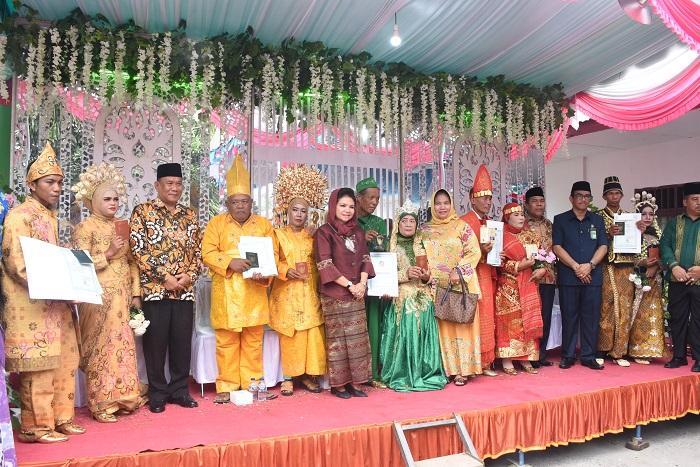 Bupati Deli Serdang Serahkan 124 Pasang Buku Nikah dan Kartu Keluarga