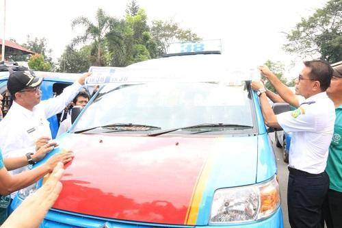 Ajak Masyarakat Naik Angkot, Plt Wali Kota Medan Bagikan Stiker Izin Trayek