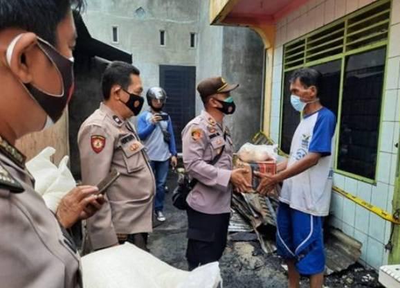 Kapolsek Padang Hulu Turun Langsung Bantu Korban Kebakaran di Kelurahan Durian