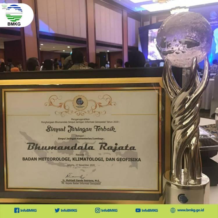 Hasilkan Data Real Time, BMKG Raih Penghargaan Bhumandala Rajata dari BIG