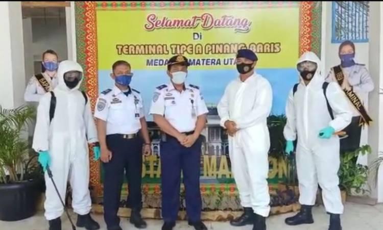 Brimob Polda Sumut Sterilkan Terminal Pinang Baris dengan Disinfektan, Cegah Klaster Covid-19