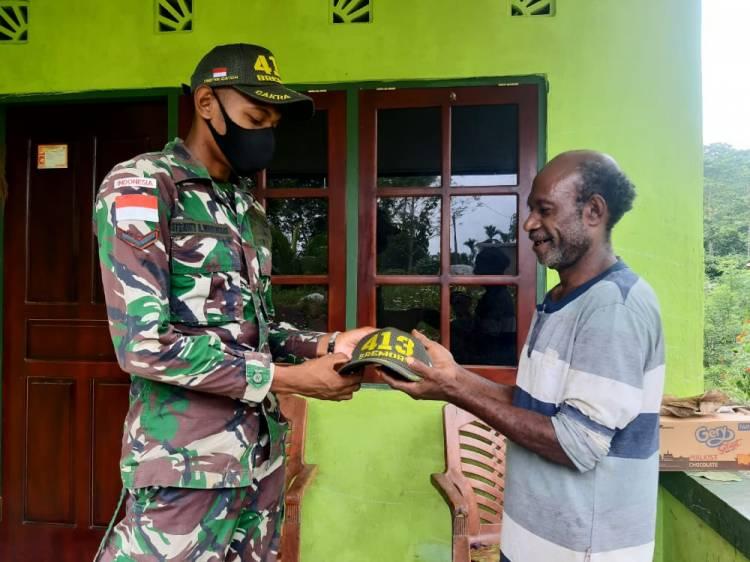 Pererat Tali Silaturahmi, Satgas Yonif 413 Kostrad Berikan Topi kepada Tokoh Masyarakat