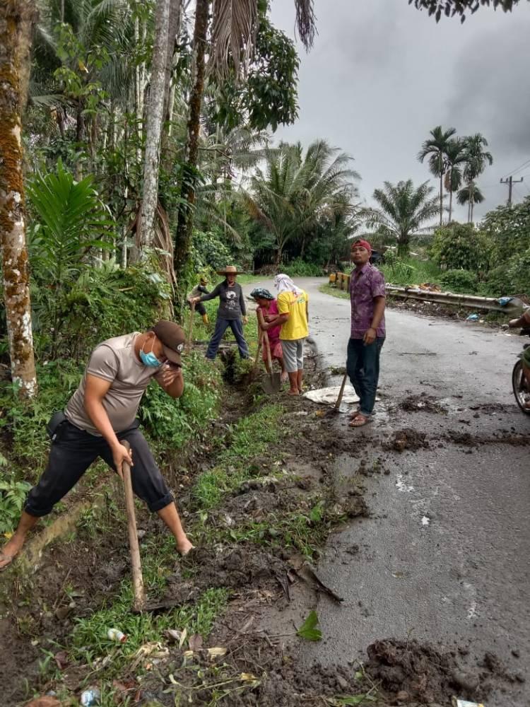 Cegah Banjir Dimusim Penghujan, Polsek Tiga Juhar Giat Gotong Royong