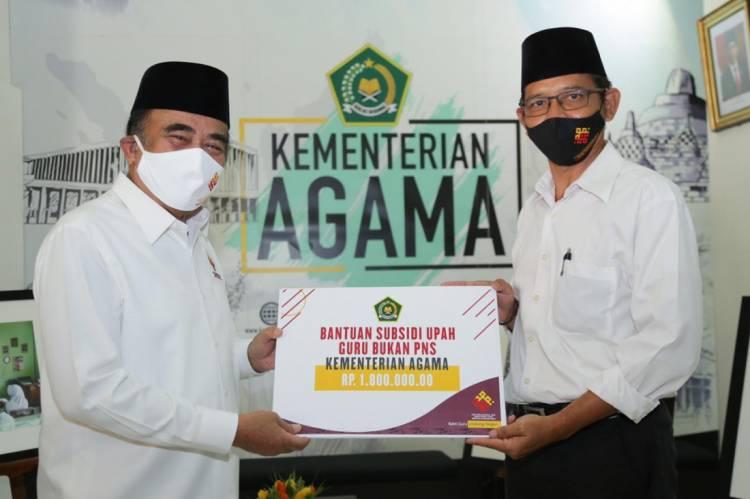 Peringati Hari Guru, Menteri Agama Serahkan Bantuan Subsidi Upah untuk Guru Non-PNS Masing-masing Rp 1,8 Juta