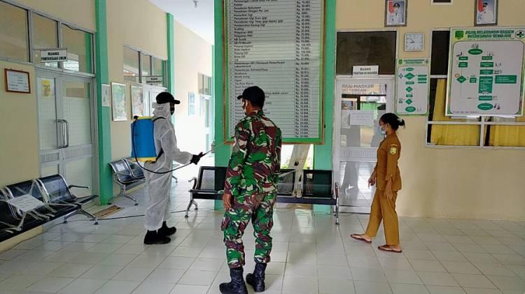 Satgas Pamtas RI-Malaysia Yonif 642/Kapuas Semprot Disinfektan di Puskesmas Temajuk Kalimantan Barat