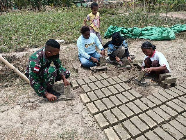 Satgas Pamtas Yonif 125 Fasilitasi Warga Kampung Kuler Belajar Membuat Batu Bata