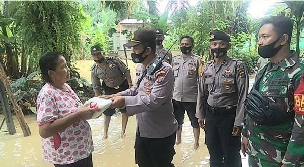 Polsek Padang Hulu Serahkan Bantuan Beras untuk Masyarakat Korban Banjir