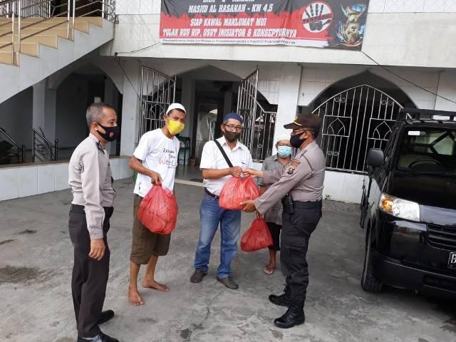 Jumat Berkah Polsek Medan Baru, 100 Nasi Bungkus Dibagi untuk Warga Kurang Mampu