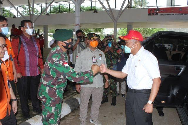 Dansatgas Yonif MR 413 Kostrad Sambut Menko PMK di Pasar Wisata Perbatasan Skouw RI-PNG