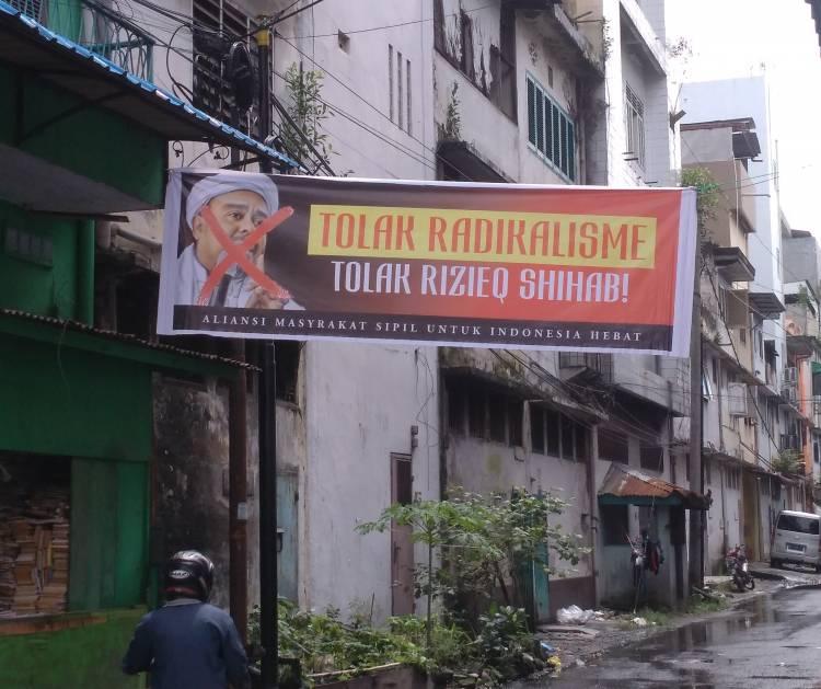 Masyarakat di Sumut Tolak Kedatangan Habib Rizieq Shihab, Spanduk Bergambar HRS Dicoret di Jalan Bengkalis Medan