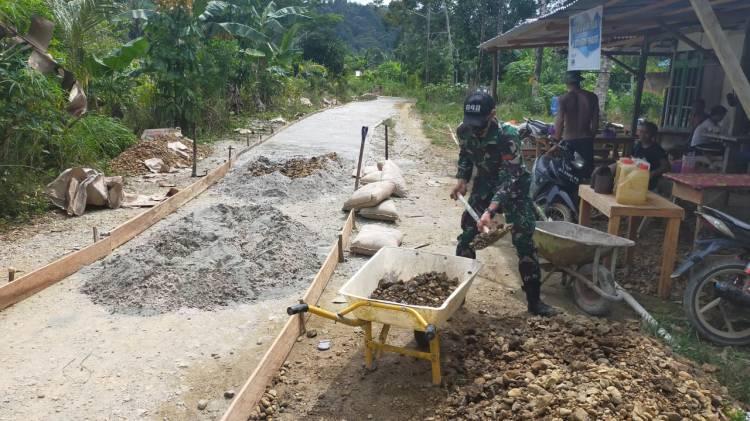 Personel Satgas Pamtas Yonif 642 Bersama Warga Desa Sungai Bening Perbaiki Jalan Setapak