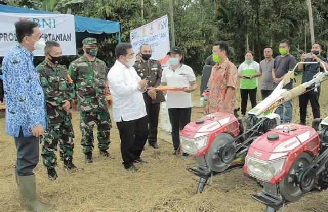 Peringati Hari Jadi ke-12, Pjs Walikota Gunungsitoli Serahkan Kartu Tani dan Sarana Produksi Pertanian