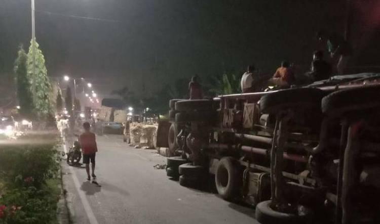 Truk Bermuatan Karton Bekas Terguling di Tanjung Morawa