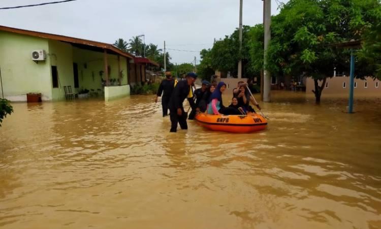 Banjir di Kota Tebing Tinggi, Brimob Batalyon B Polda Sumut Bantu Evakuasi Korban