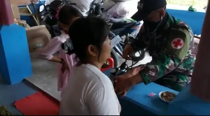 Satgas Yonif 642 Berikan Layanan Kesehatan kepada Warga Perbatasan