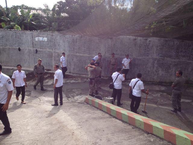 Personel Gabungan Pemko Binjai Bongkar Bangunan di Sempadan Sungai