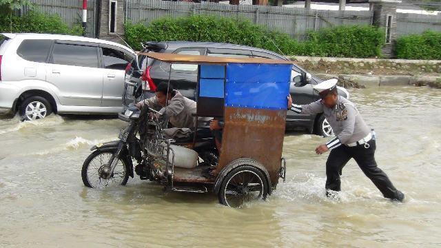 Banjir di Kawasan Depan Mapoldasu, Dirlantas Poldasu Turun Langsung Urai Kemacetan