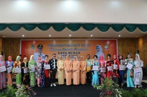 HUT Dharma Wanita Kota Medan ke-18 Dimeriahkan Pagelaran Fashion Show Batik Medan