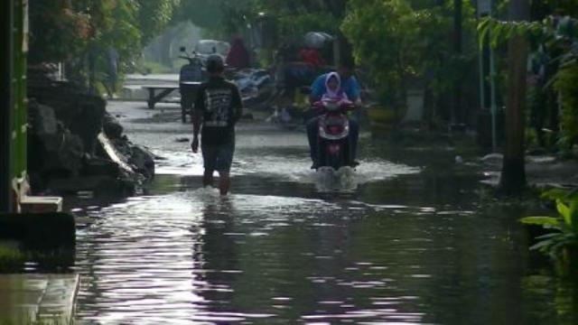 Pasca Banjir Warga Mulai Bersihkan Rumah
