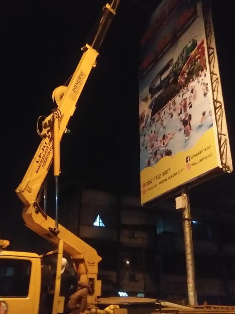 Spanduk Caleg dan Baliho di Simpang Aksara Dibongkar