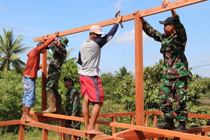 Hari Juang TNI AD, Yonif MR 411/Pdw Gotong Royong Bangun Rumah Warga di Kampung Sipias