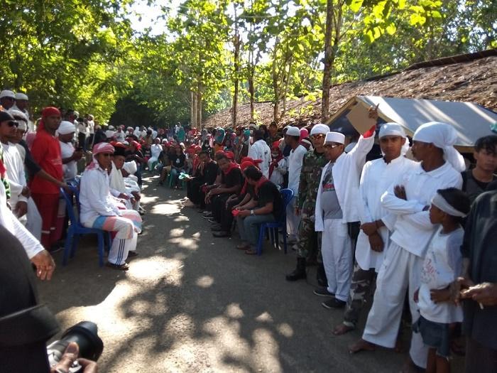 Satgas Yonif Raider Khusus 136 Pamrahwan Maluku Ikuti Tradisi Tarik Kayu di Haruku