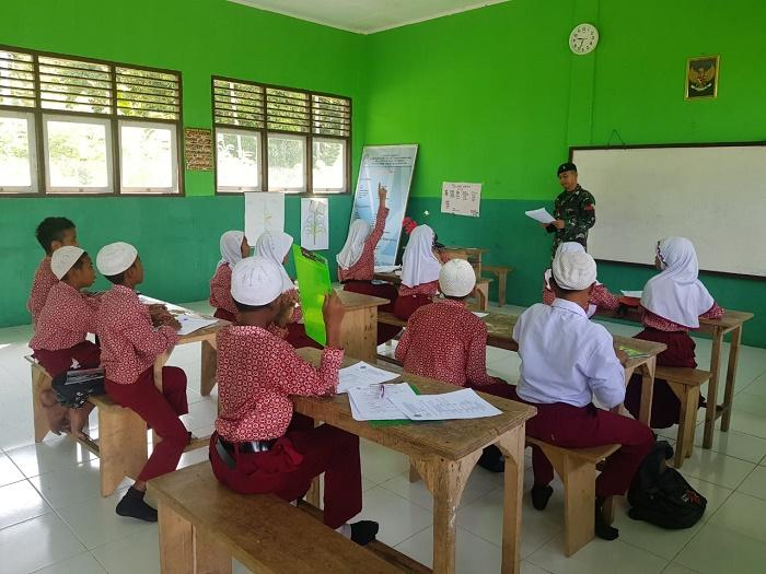 Prajurit TNI Yonif 136/TS Jadi Guru di Negeri Lima, Maluku Tengah