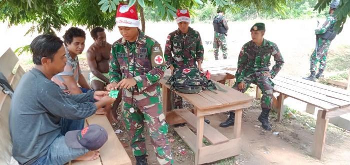 Bertopi Santa Claus, Satgas Yonif 411 Kostrad Berkeliling Layani Kesehatan Warga Sota