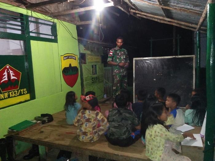Bantu Pendidikan di Perbatasan, Satgas Pamtas Yonif 133/YS Belajar Malam Bersama