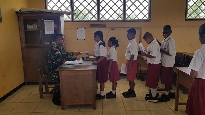 Satgas Yonif MR 411/Pdw Kostrad Motivasi Siswa Sebelum UTS di SD Inpres Bupul 13