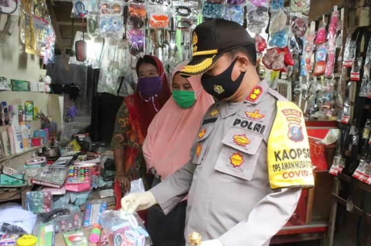 Kapolres Sergai Pimpin Operasi Yustisi di Perbaungan, Bagikan 1000 Masker dan Borong Dagangan Warga