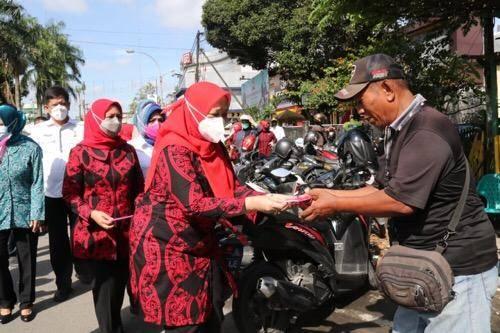 Pjs Ketua TP PKK Kota Medan Gebrak Masker dan Sosialisasi Cegah Covid-19 di Kecamatan Medan Kota