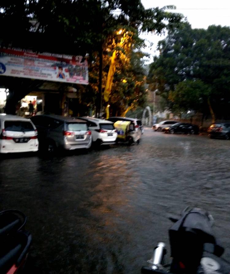 Kota Medan Hujan Deras, Kawasan Pasar Petisah Dikepung Banjir
