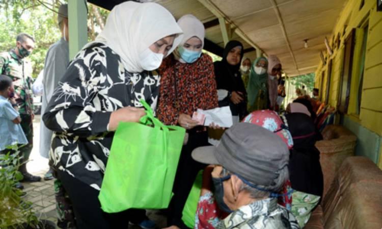 Ketua TP PKK Sumut Serahkan Bantuan ke Panti Werdha di Galang