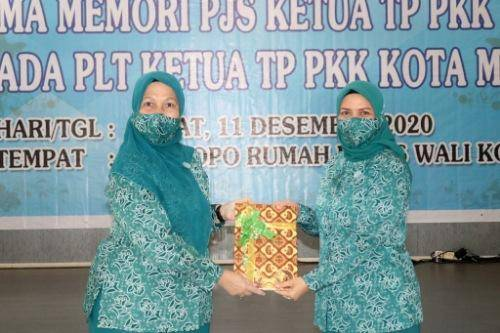 Pjs Ketua TP PKK Medan Dian Arief Trinugroho Serah Terima Memori dengan Plt Ketua Hj Nurul Khairani Akhyar