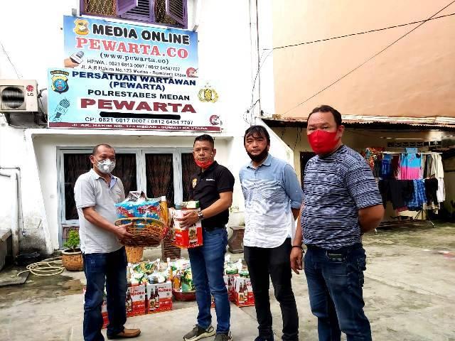 Ketua Pewarta Polrestabes Medan Bagikan Paket Natal dan Tahun Baru 2021 untuk Pengurus Nasrani