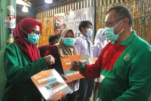 Plt Wali Kota Medan Akhyar Nasution Serahkan Beasiswa Coca-Cola Amatil Indonesia kepada Pemenang Lomba Menulis di Blog
