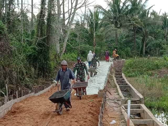 Satgas Pamtas Yonif 642/Kapuas Bersama Warga Gotong Royong Bangun Jalan Desa
