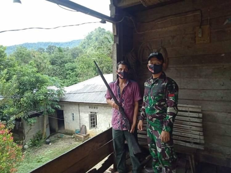 Satgas Yonif 642/Kapuas Terima Senjata Rakitan Jenis Lantak dari Warga Perbatasan di Entikong