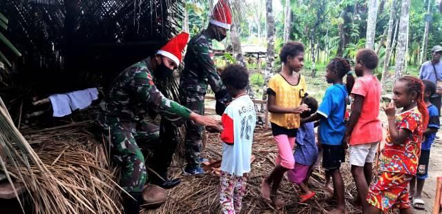 Om Santa Bremoro Bagikan Gula-gula untuk Anak Perbatasan RI-PNG