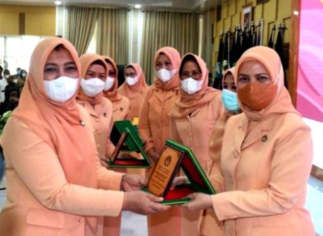 HUT ke-21 DWP Sumut, Dharma Wanita Persatuan Kota Medan Terima Penghargaan