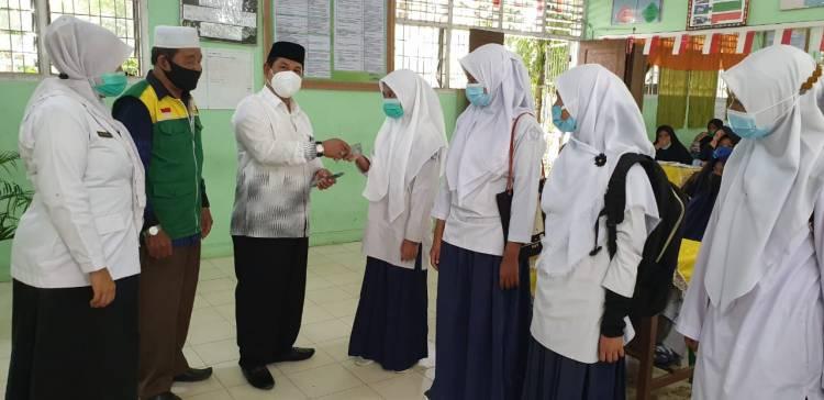 Kepala KanKemenag Asahan Dr H Hayatsyah MPd Salurkan Beasiswa Baznas untuk 1.536 Siswa Madrasah