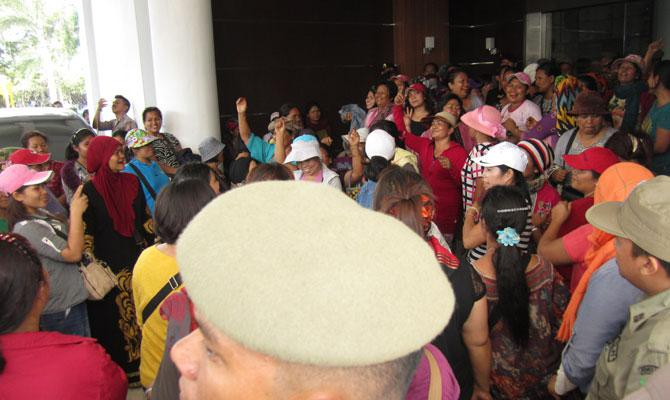 Demo Pedagang Pasar Induk Lau Cih di Kantor Walikota Medan Berlangsung Ricuh