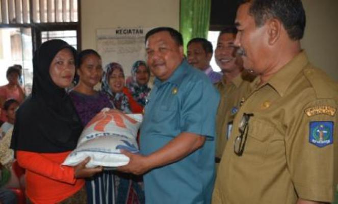 Walikota Sibolga Salurkan Bantuan Bagi Nelayan Terdampak Permen KP