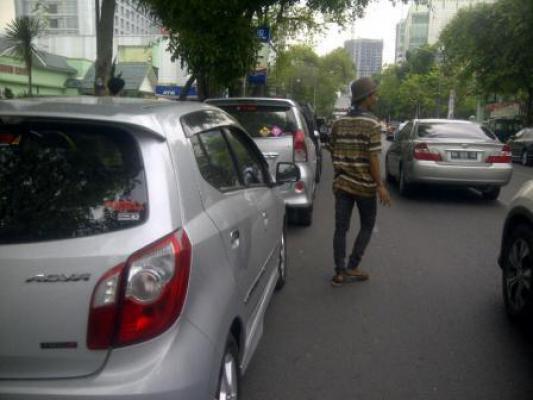 Warga Keluhkan Parkir Liar di Jalan Kejaksaan