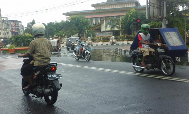 Jalan di Depan Kantor Walikota Binjai Digenangi Air